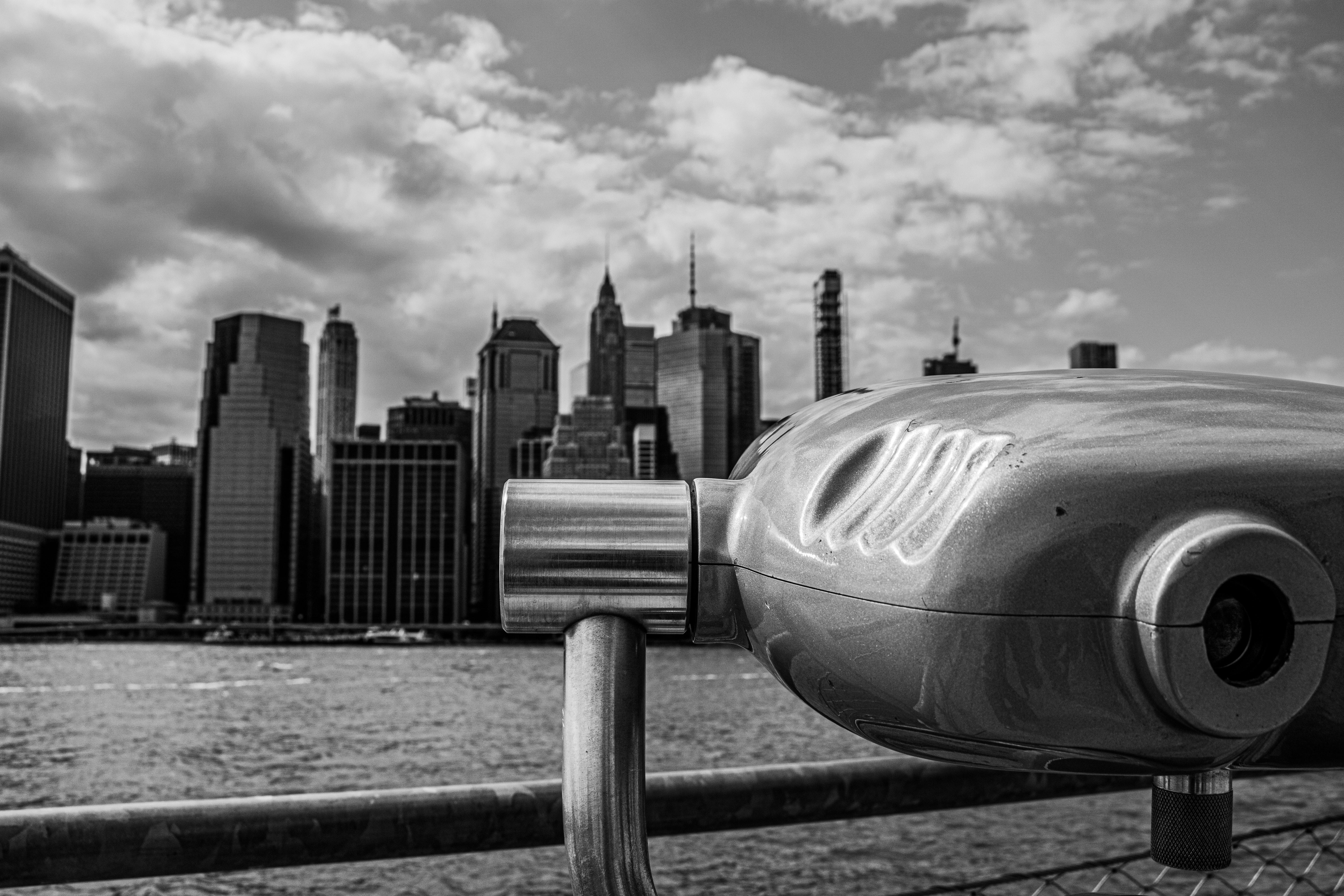 Fotografía de binoculares apuntando hacia una gran ciudad.